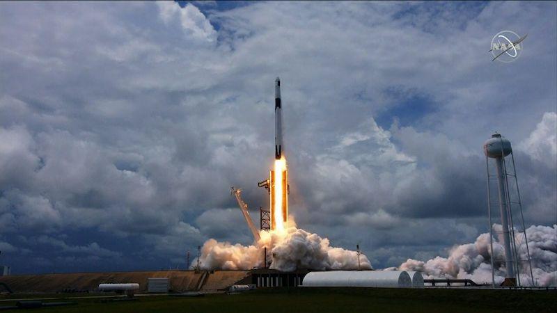Zásobovací loď Dragon letí k ISS. Veze vědecké experimenty i cibuli