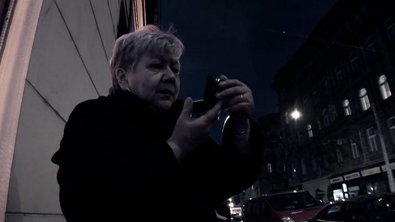 Poctivě tu šlapu 20 let, říká v traileru Anny, kterou natáčela Helena Třeštíková