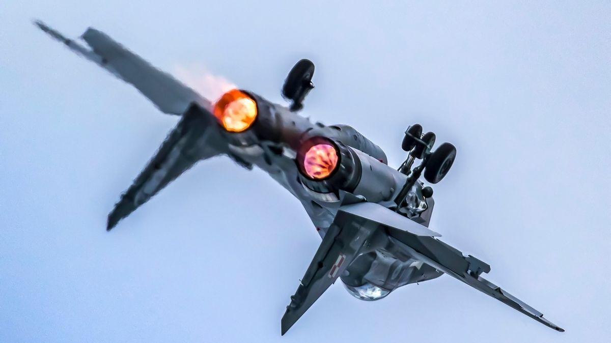 Pilot polské stíhačky omylem kanónem zasáhl kolegův MiG-29