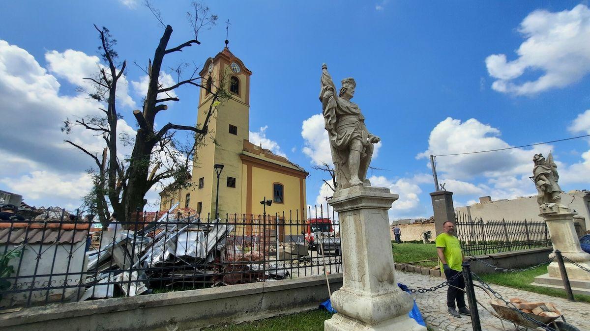 Muž v Moravské Nové Vsi spadl ze střechy, má těžké zranění