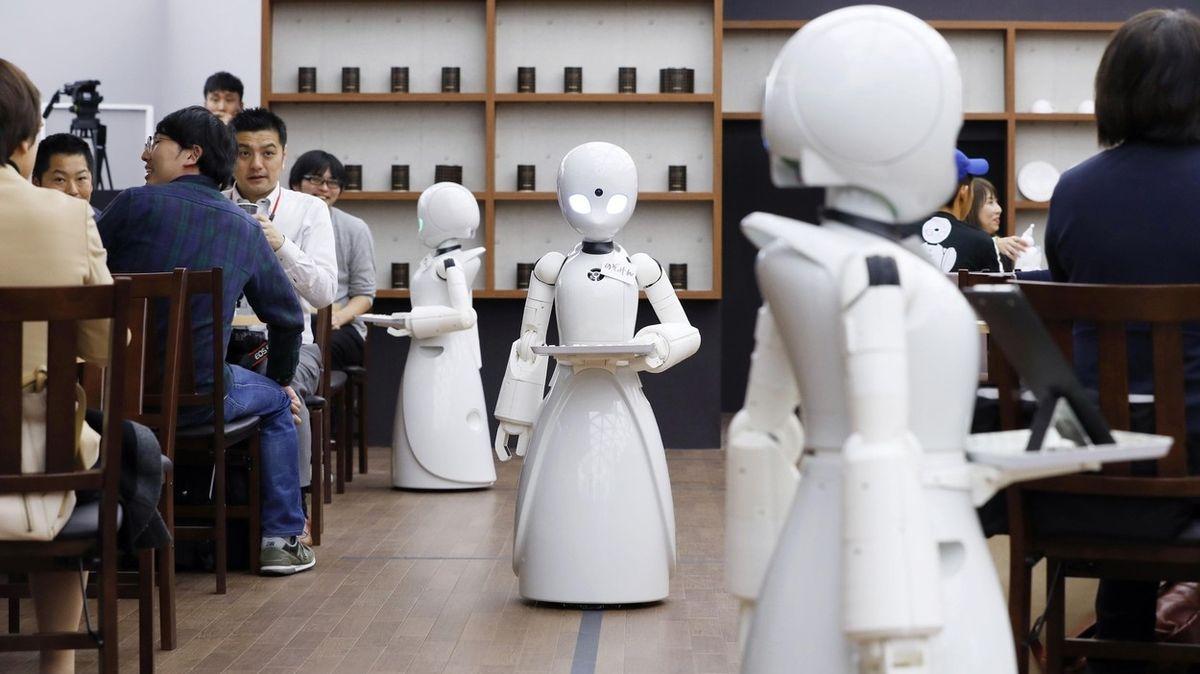 V tokijské kavárně obsluhují roboti. Řídí je hendikepovaní
