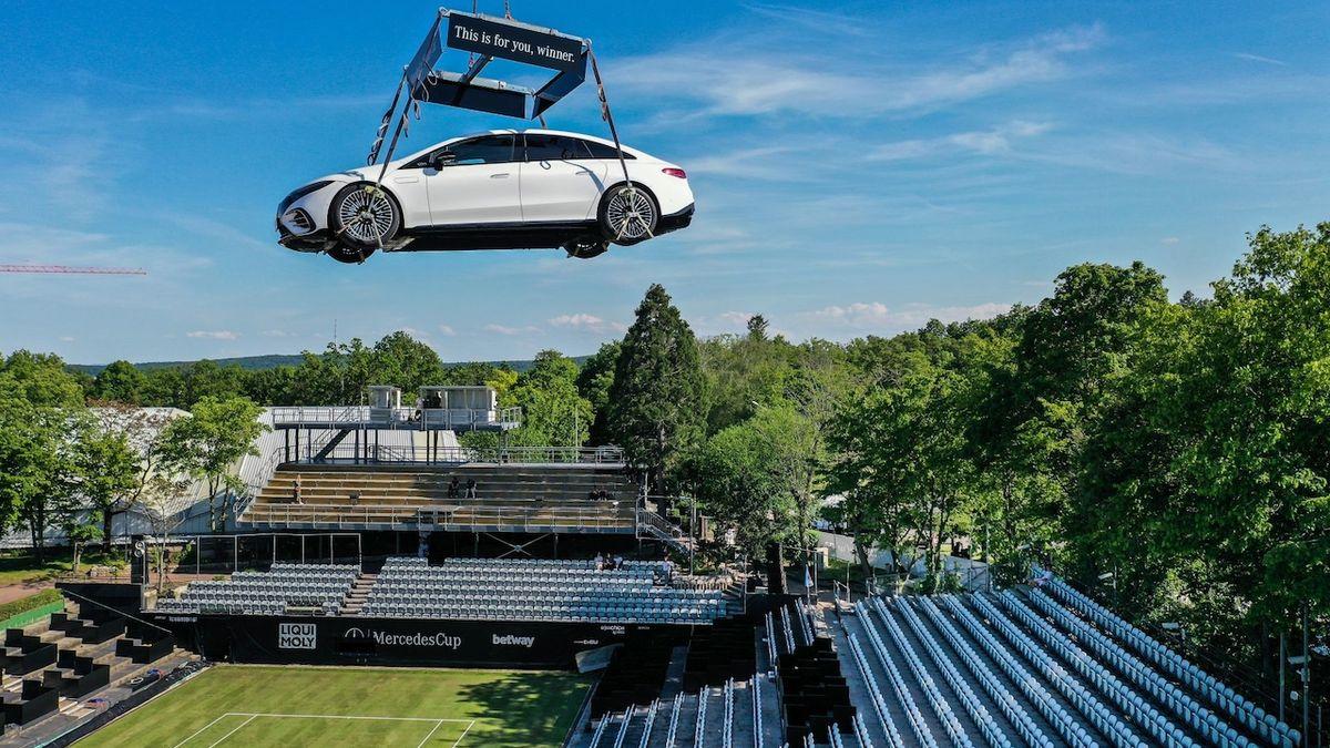Netradiční reklama: Mercedes EQS visí nad tenisovým kurtem
