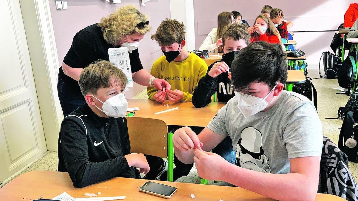 Na Liberecku mají mít žáci dál roušky, některé školy už ale nařízení ignorují