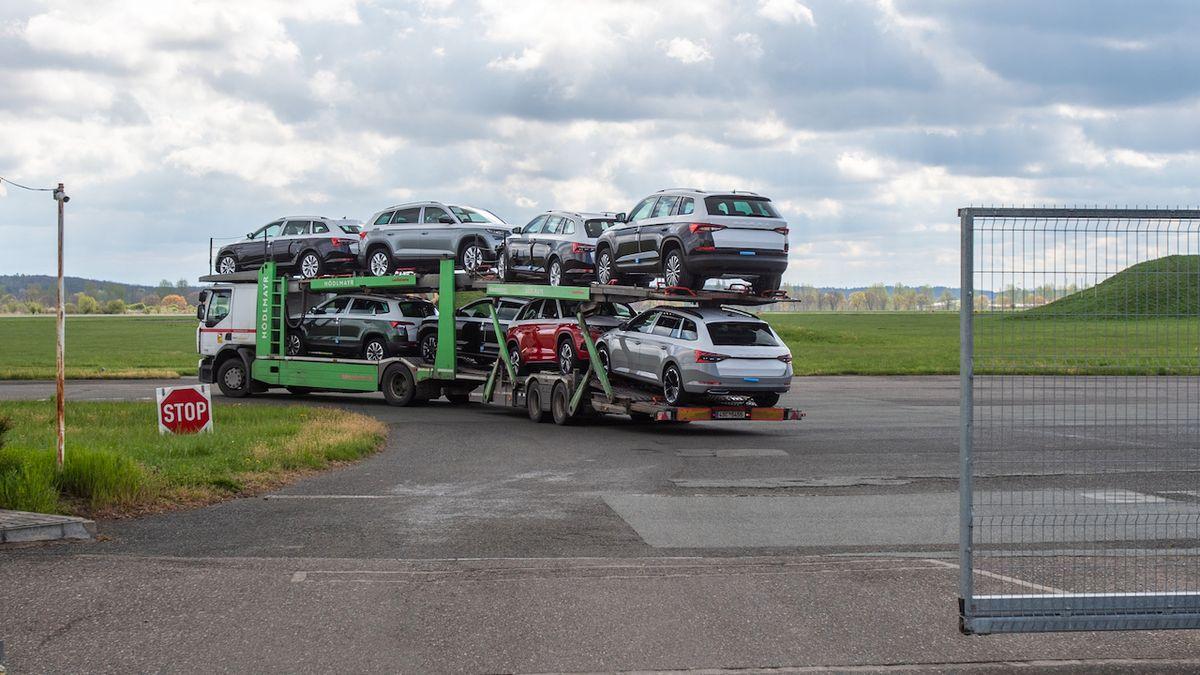 Škoda skladuje nedokončené vozy na královéhradeckém letišti. Chybějí čipy