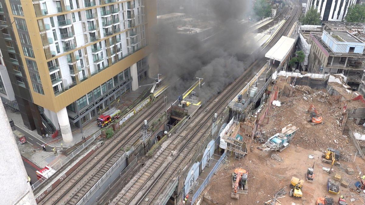 Ze železničního viaduktu v Londýně se vyvalily plameny