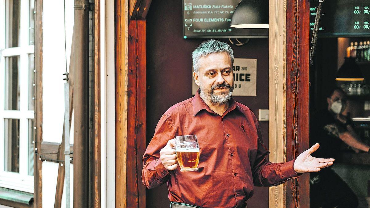 Pivní degustátor má práci, kterou mu ostatní závidí