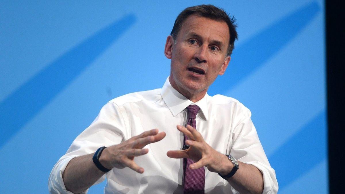 Karanténa pro naočkované je hloupost, apeluje bývalý britský ministr zdravotnictví