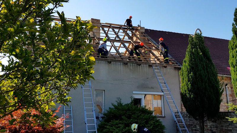 I vzpomínky na drobnosti ve zdemolovaných domech pomáhají lidem přečkat následky tornáda