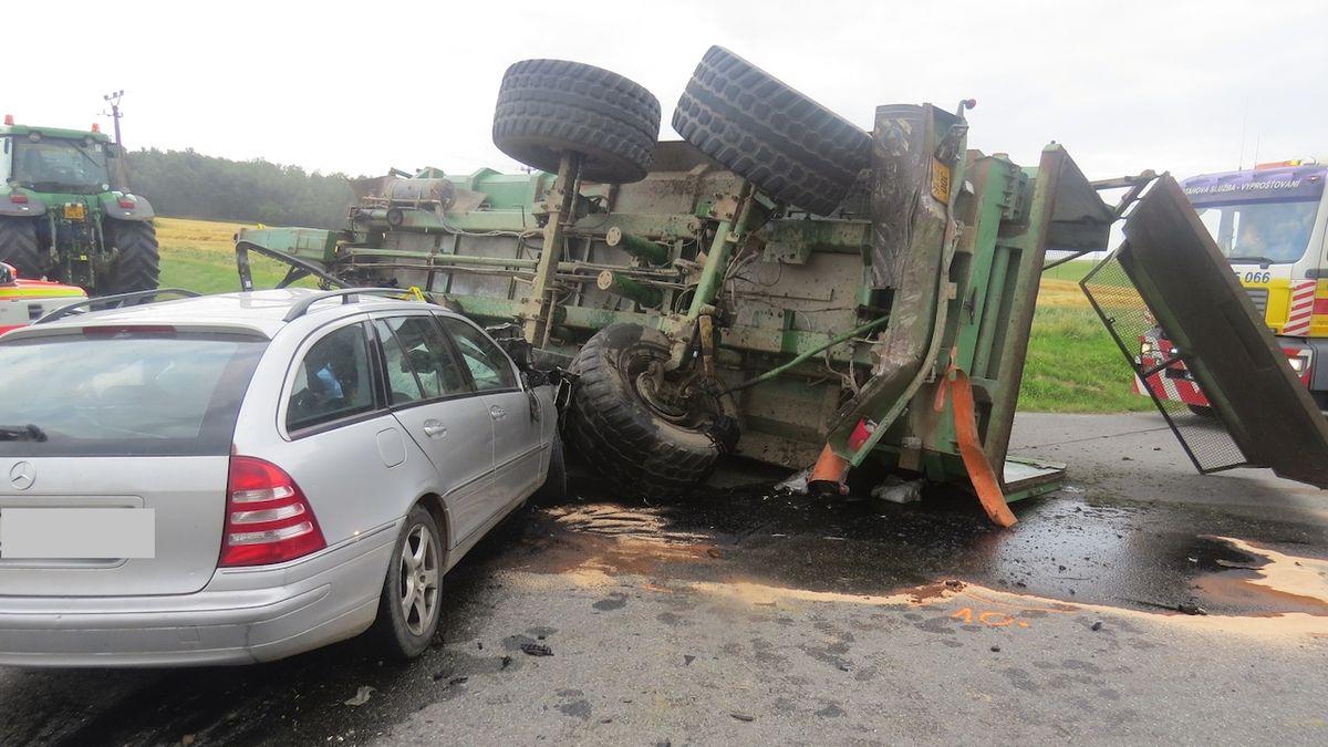 Řidič mercedesu nepřežil náraz do odbočujícího traktoru