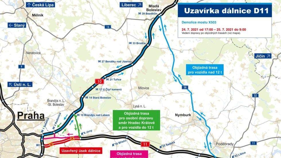 Dálnice D11 u Prahy zůstává zavřená, nepodařilo se odklidit trosky mostu
