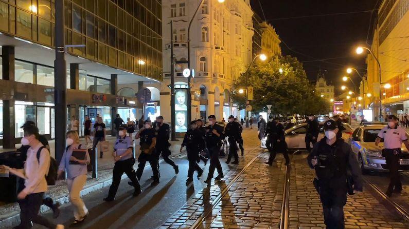 Manévry v Praze. Dav policistů a hygieniků kontroloval hudební kluby