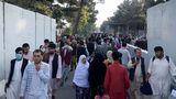 USA dokončily evakuaci ambasády vKábulu, na letišti se střílelo
