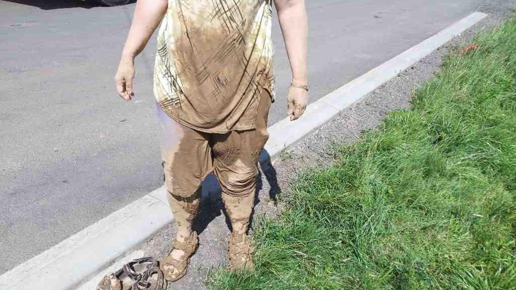 Žena se na výletě u Svitav propadla metr do bahna