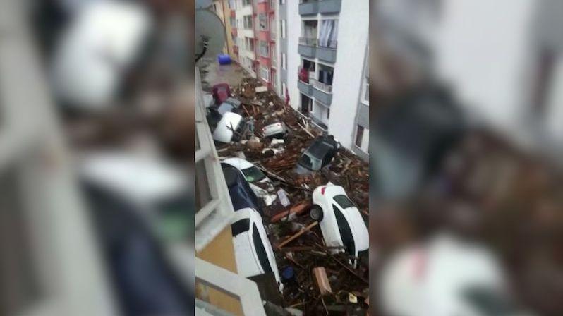 Letecké záběry: Sever Turecka spláchly povodně, lidé uvízli na střeše benzinky
