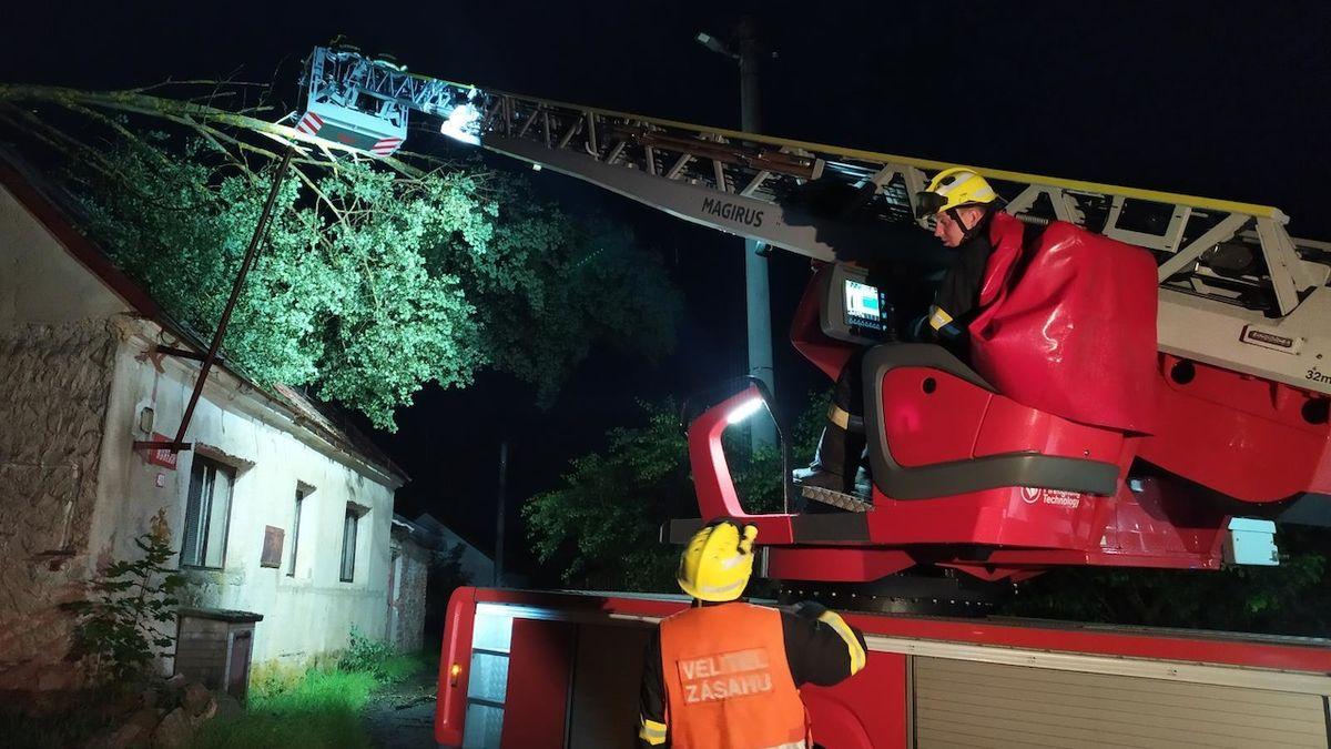 Na Ašsku evakuovali dětský tábor, hasiči odstraňovali popadané stromy