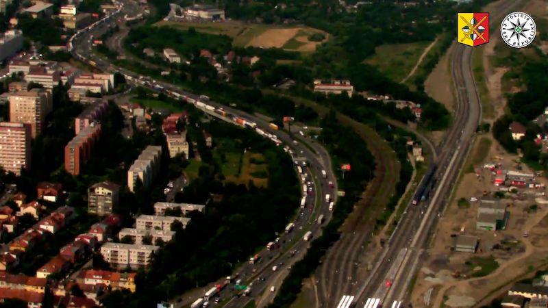 Nejezděte do Prahy, vyzývá policie. Tvořily se dlouhé kolony kvůli opravě kousku silnice