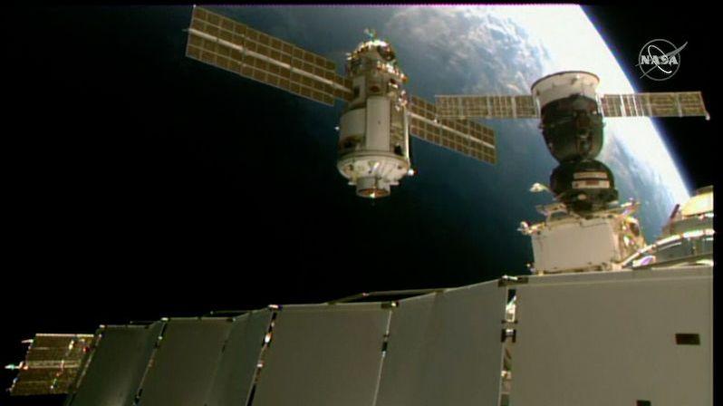 Ruský modul Nauka už zdárně kotví u ISS, způsobil tam ale komplikace