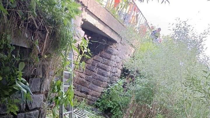 S dělníky se na mostě v Sušici utrhlo zábradlí. Ze čtyř metrů spadli do řeky