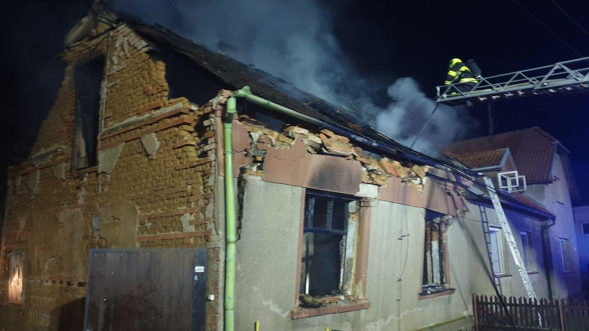 Oheň zachvátil dům v Bouzově