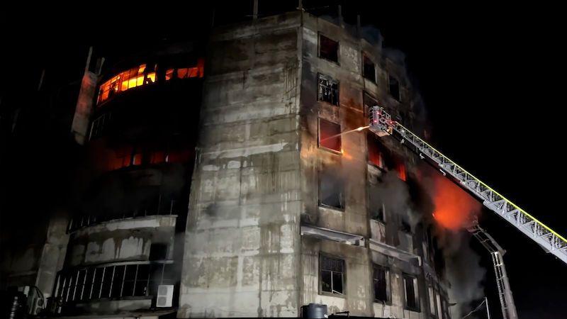 Při požáru továrny na džusy u Dháky zemřelo 52 lidí, nedostali se ven