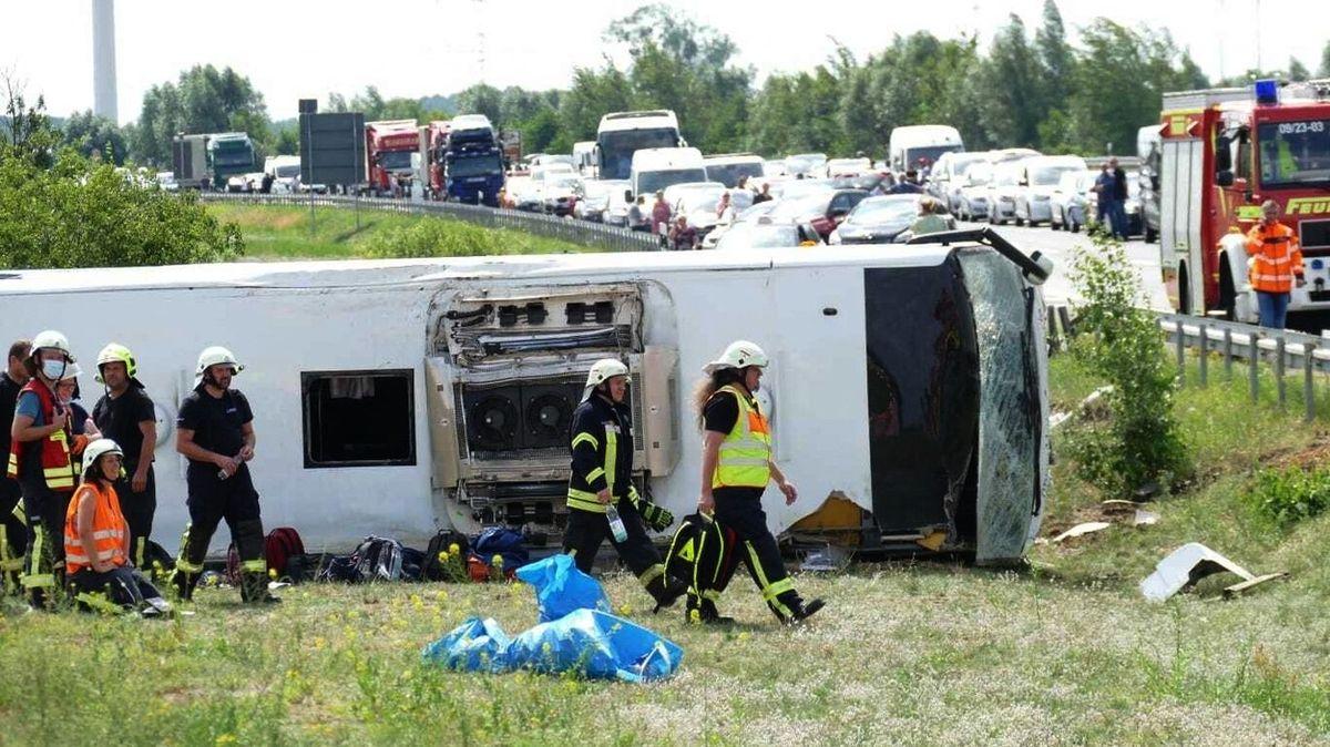 U Berlína se převrátil autobus, 19 zraněných