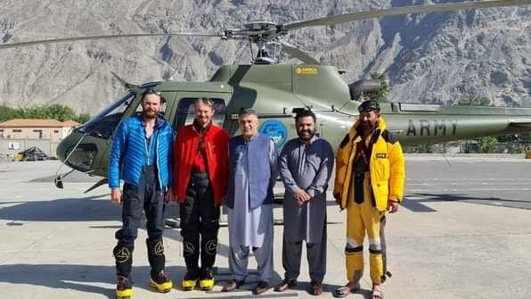 Záchránění horolezci na snímku zveřejněném místními úřady.
