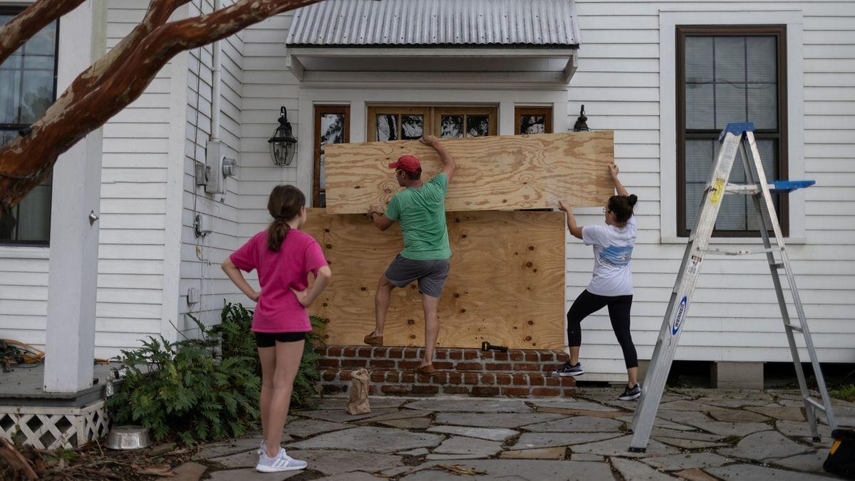 Hurikán Ida míří na Louisianu. Může být nejhorší za 170 let, varoval guvernér