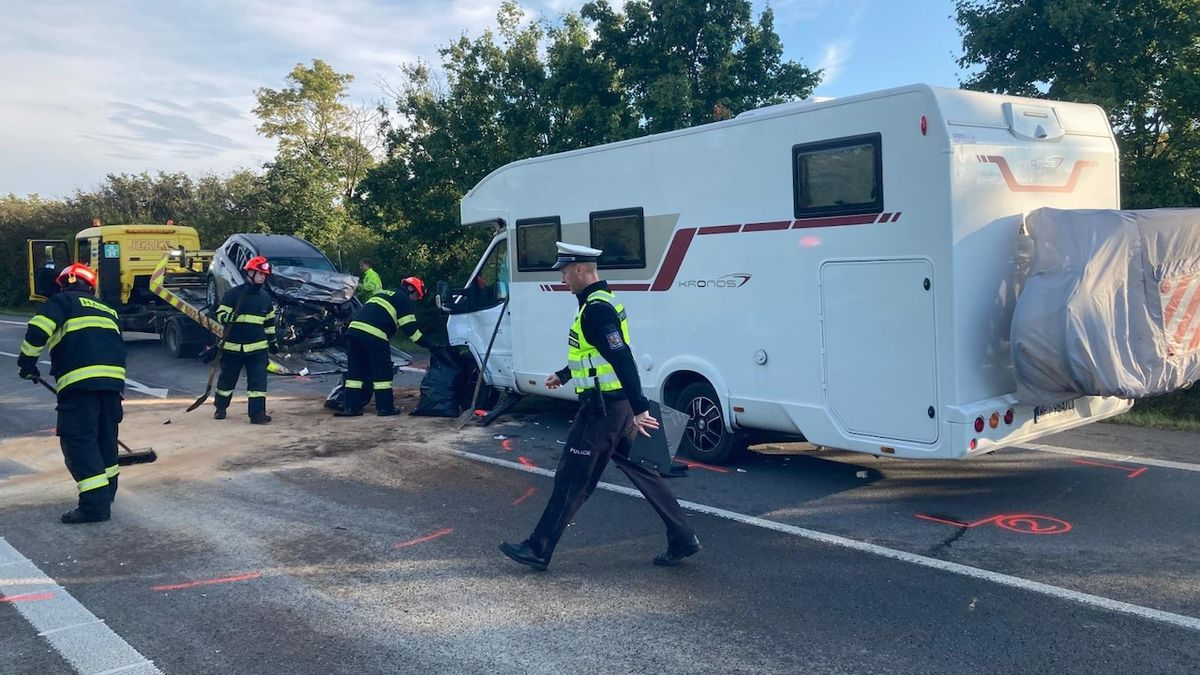 Při srážce obytného auta s osobním zemřel na jihu Moravy muž
