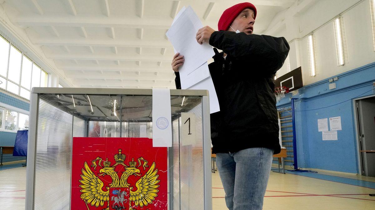 Rusové volí parlament, Navalného aplikaci odstranily Google a Apple