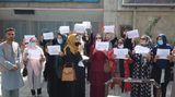 Tálibán skryl část studentek za plentu