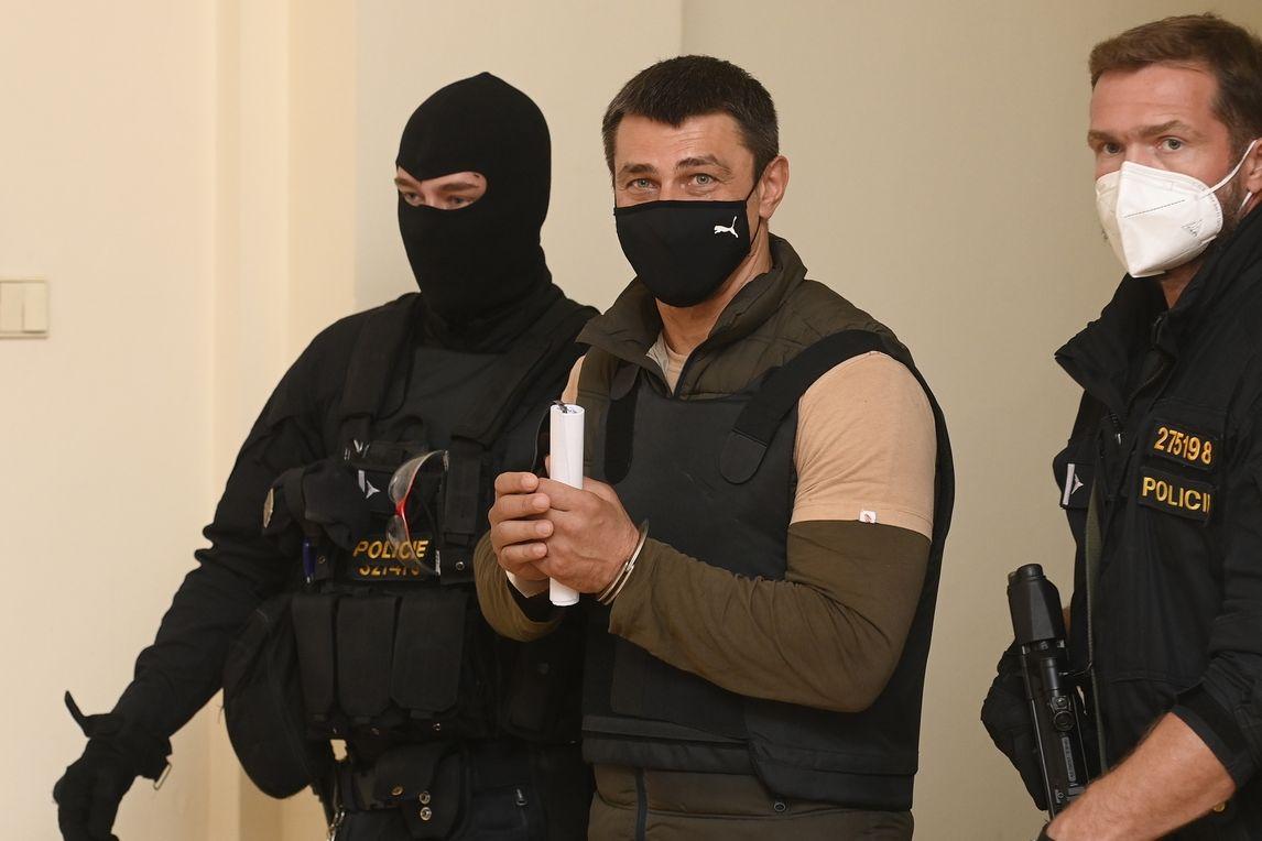 Zadržený Rus Alexandr Frančetti, jehož vydání žádá Ukrajina, odchází z jednací síně pražského městského soudu.
