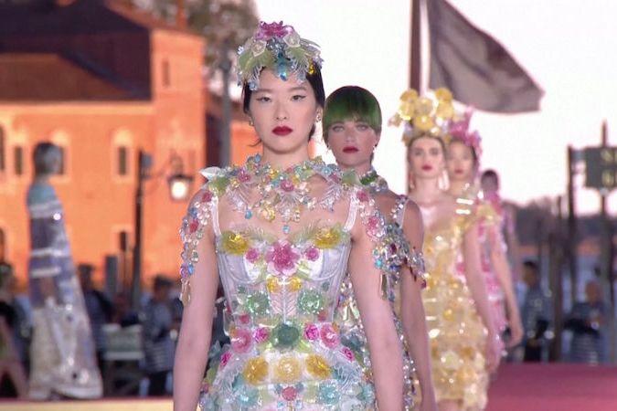 BEZ KOMENTÁŘE: Přehlídku Dolce & Gabbana na náměstí v Benátkách narušilo krupobití