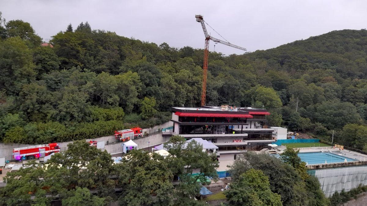 Sirény probudily hosty festivalu. Hasiči likvidovali požár u bazénu hotelu Thermal