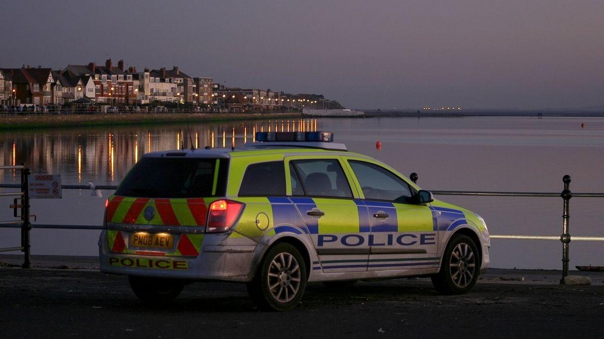 Angličtí policisté se v autě oddávali sexuálním hrátkám. Ignorovali loupež