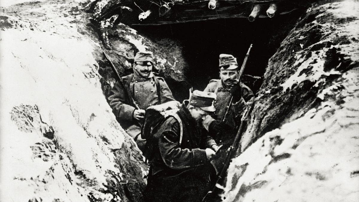 """""""Odkryté zákopy zaplavené vodou po kotníky, k tomu nás bičuje ledový déšť smíšený s kroupami a sněhem. Jeden z kamarádů nesnesl to lidské utrpení a zastřelil se,"""" popsal situaci jeden z vojáků. Rakouské zákopy v Karpatech, rok 1915."""