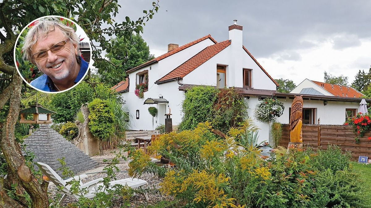 Odlehlý a klidný kout zahrady kontrastuje se zdobností a pestrostí u domu...