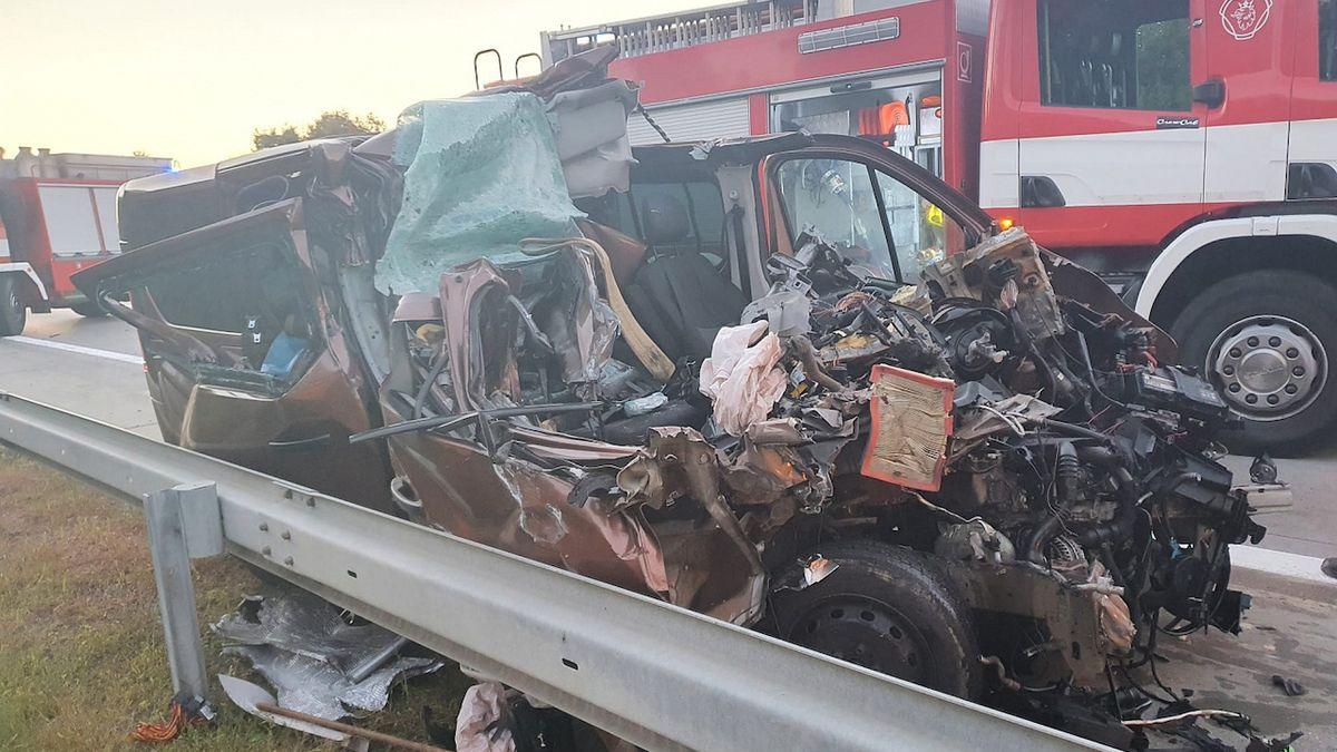 Zraněný řidič dodávky zůstal po nehodě složitě zaklíněný pod návěsem kamionu