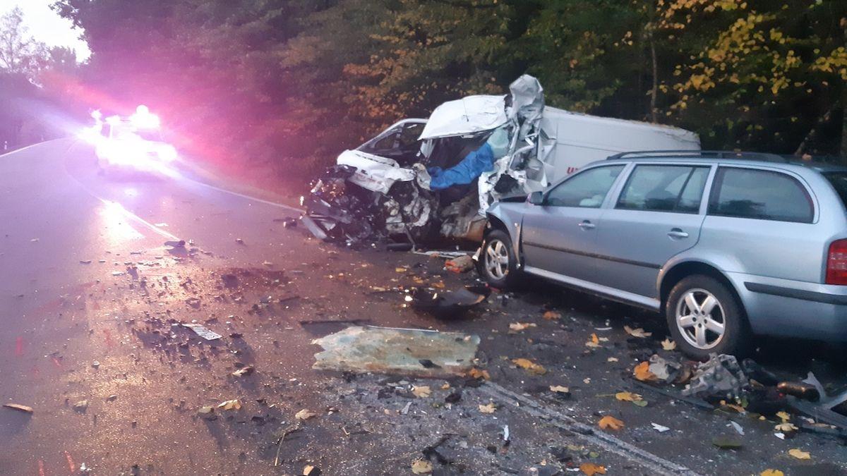 Jeden mrtvý a tři zranění po srážce auta, dodávky a cisterny na Pardubicku