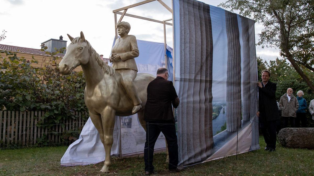 Jezdecká socha Angely Merkelové. Autor neřekl, zda ji míní jako ironii.