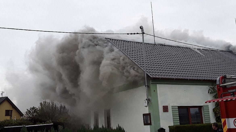 Rodinný dům s přístavbami plnými sena na Olomoucku vyhořel, škoda za 1,7 milionu