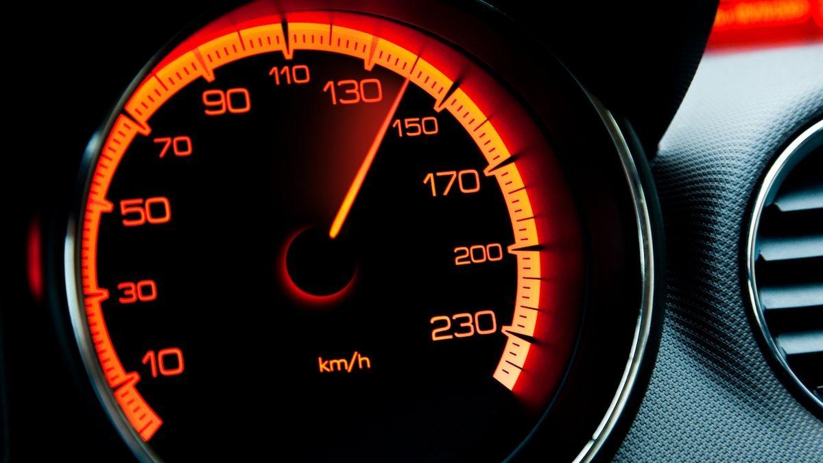 Dvě pětiny dovezených aut má stočený tachometr