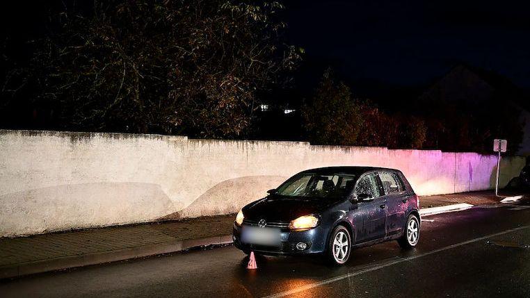 Žena v Kladně přebíhala mezi auty v koloně, jedno ji srazilo