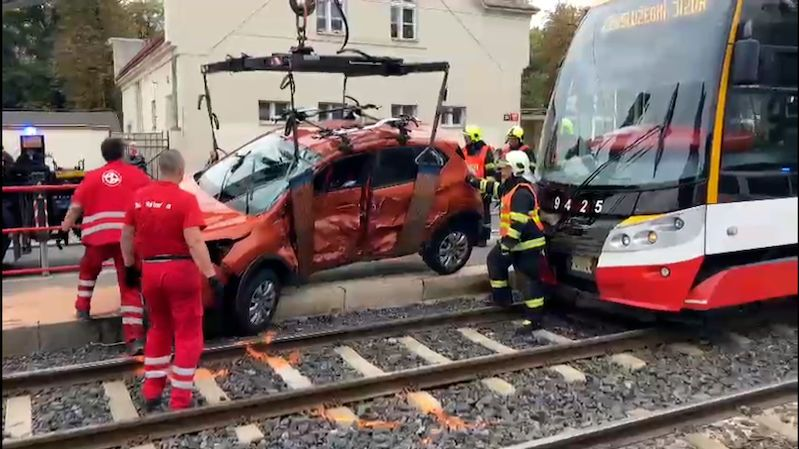 Tramvaj se v Praze srazila s autem. Tři lidé se vážně zranili