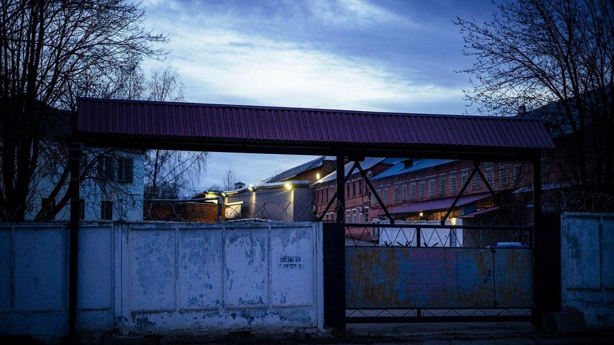 Odhalil mučení v ruských věznicích, místo odměny na něj vydali zatykač