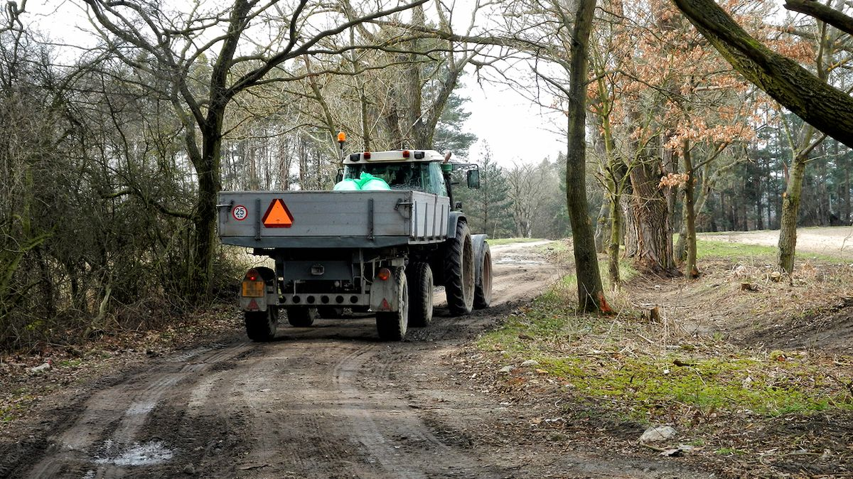 Muž a žena zemřeli na Děčínsku v převráceném traktoru