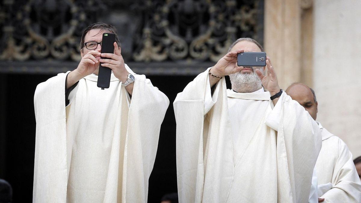 Modlení s mobilem v ruce. Vatikán představil vylepšenou aplikaci