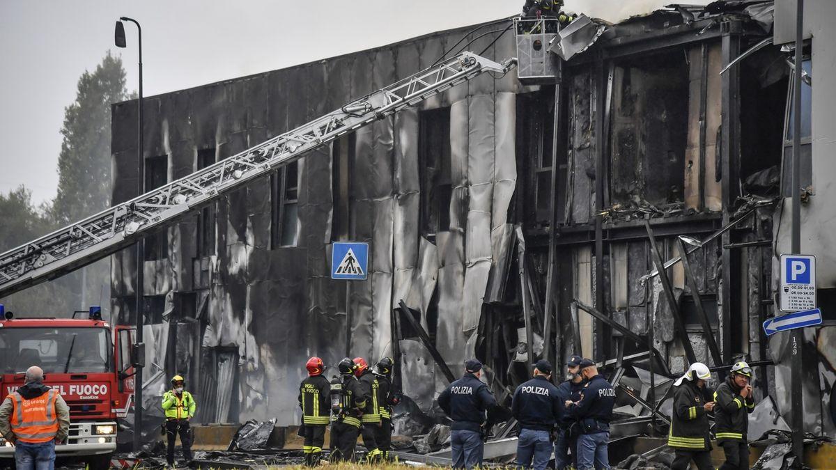 U Milána spadlo letadlo na prázdnou budovu, osm mrtvých