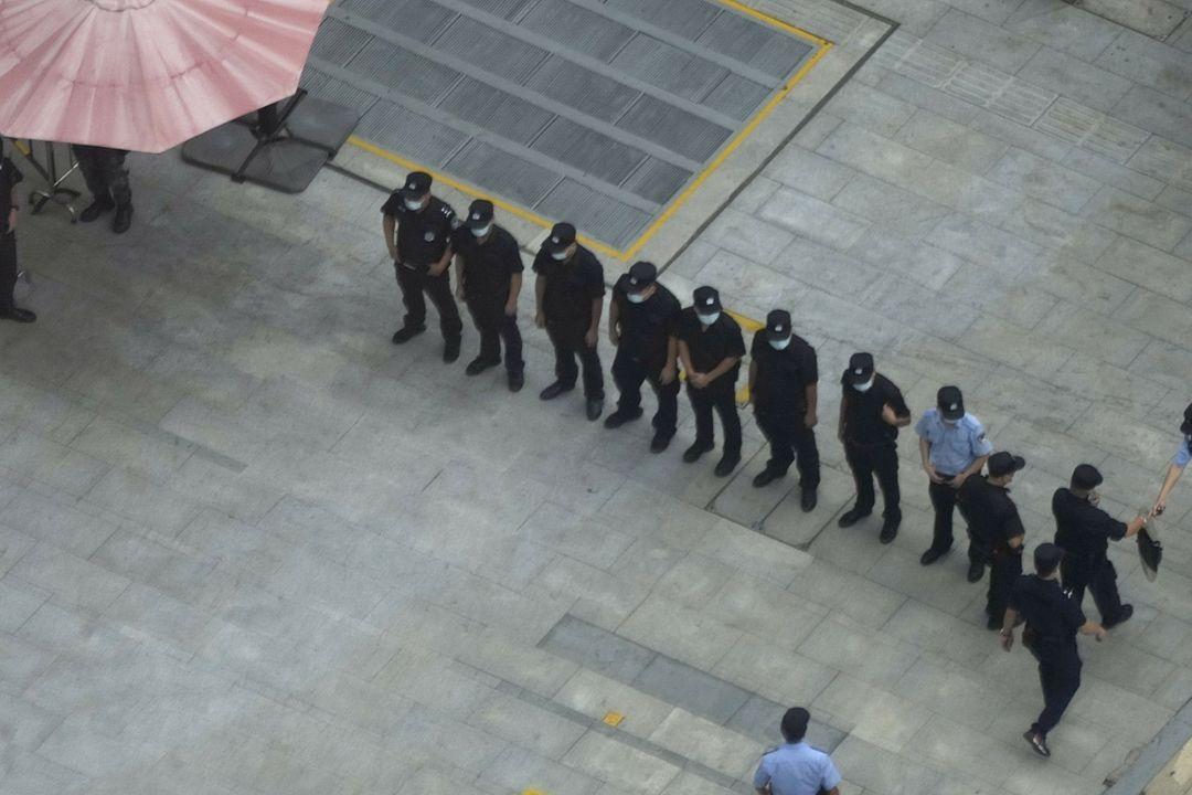 Čínští policisté střeží sídlo Evergrande v Šen-čenu