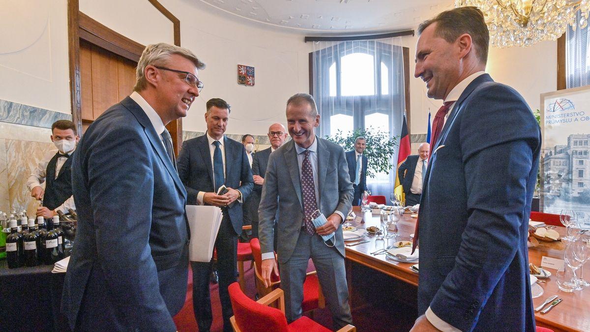 Karel Havlíček (vlevo) při pondělním jednání s ředitelem Volkswagenu Herbertem Diessem (druhý zprava) a předsedou představenstva Škody Auto Thomasem Schäferem (vpravo).