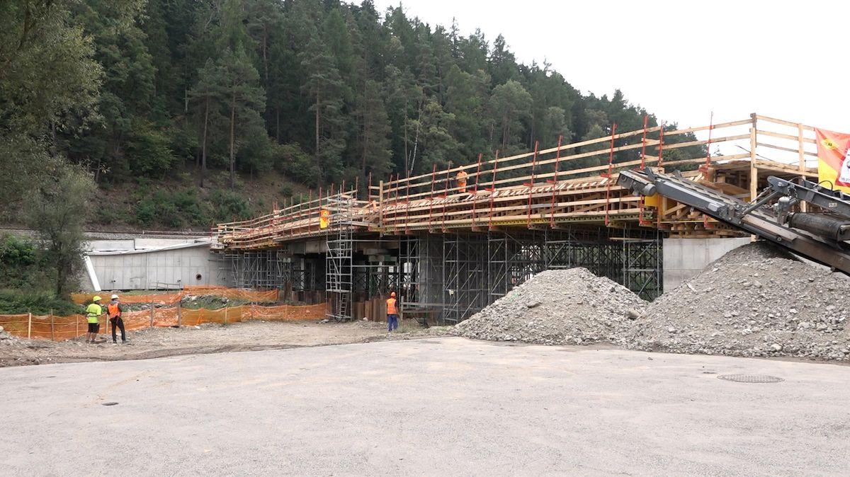 Práce na mostě v Kácově pokračují. Třicetikilometrová objížďka by mohla skončit do Vánoc